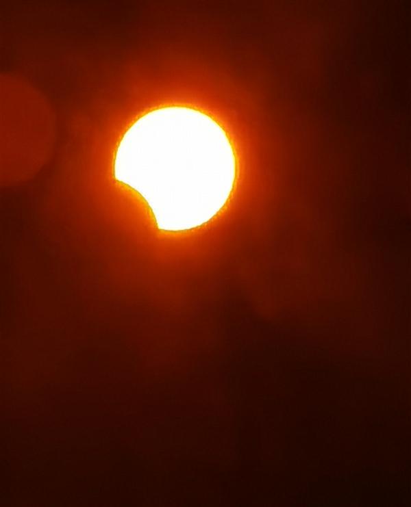 贵在真实!咱们用手机拍了一组日食照片:来感应熏染下