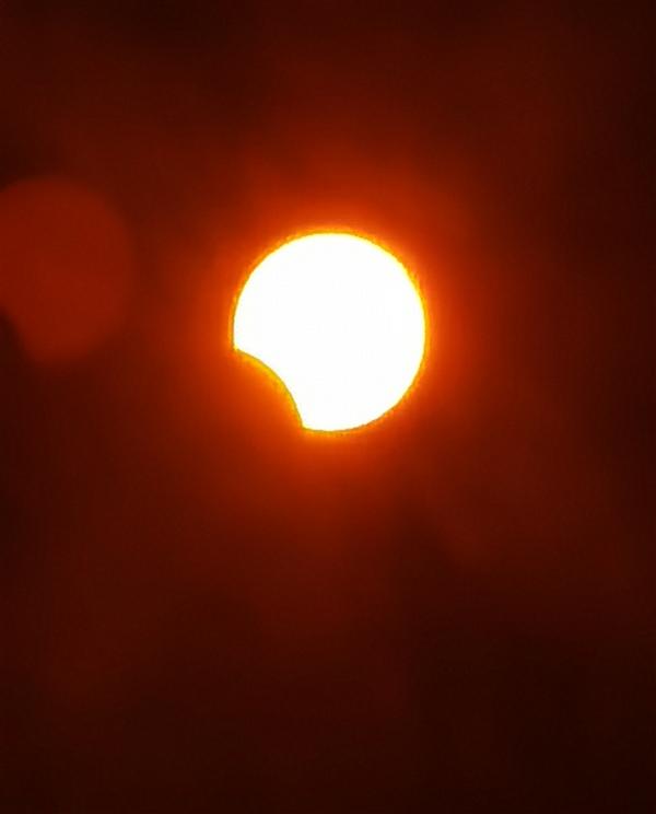 贵在真实!我们用手机拍了一组日食照片:来感受下