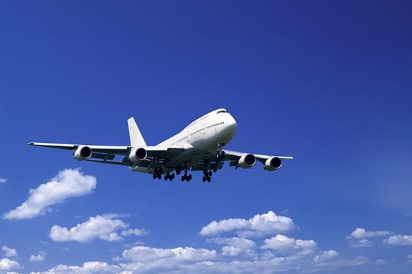 客机首飞时轮胎脱落 乘客拍下惊魂一幕