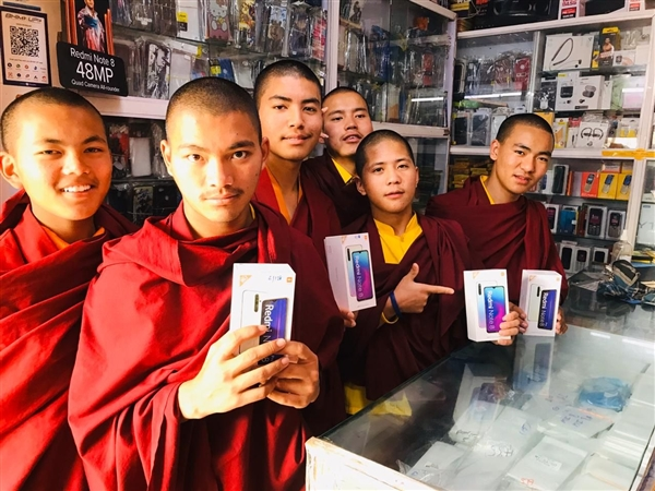 印度僧侣幼米店内买Redmi Note 8/Pro:画面感受下