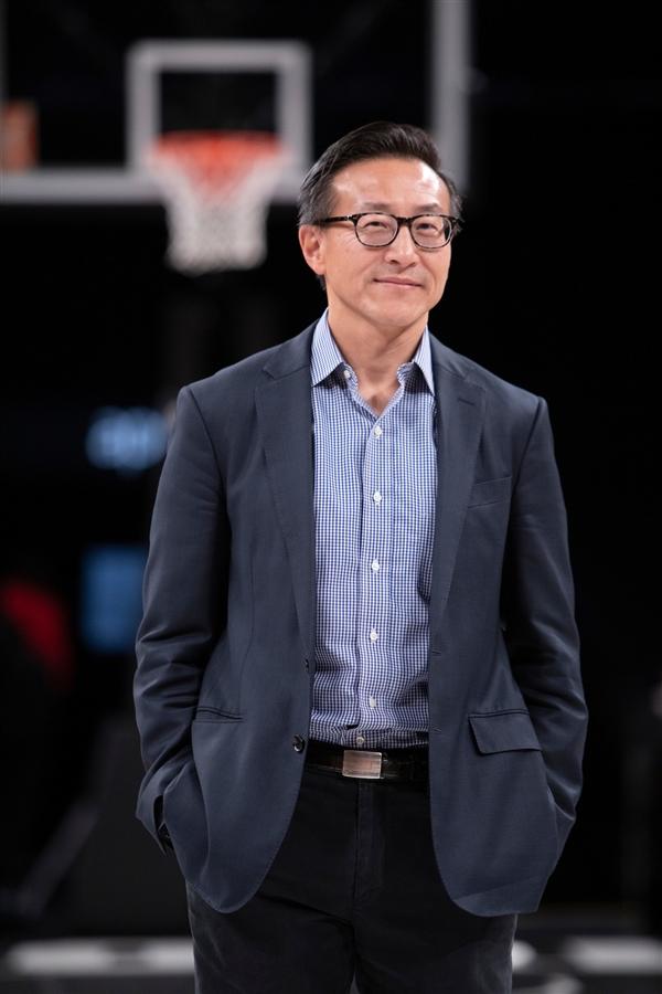 老板蔡崇信施舍2500万 NBA篮网队主场为中国抗击疫情添油