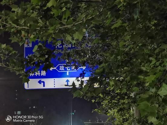 荣耀30 Pro 夜拍体验:甩iPhone 11 N条街