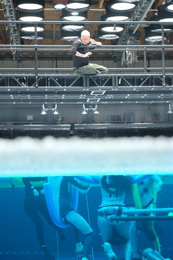 《阿凡达2》曝崭新片场照:卡梅隆请示水下拍摄