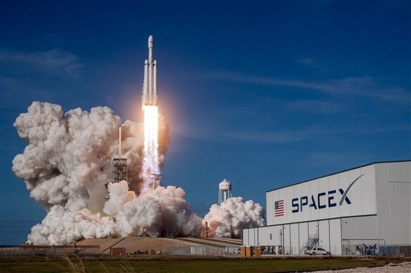 SpaceX始次载人发射 马斯克:功成归团队 若战败全算吾的