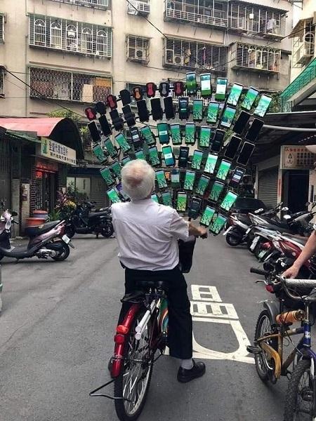 堪称最强手游戏家:老爷爷同时用64部手机玩《精灵宝可梦Go》