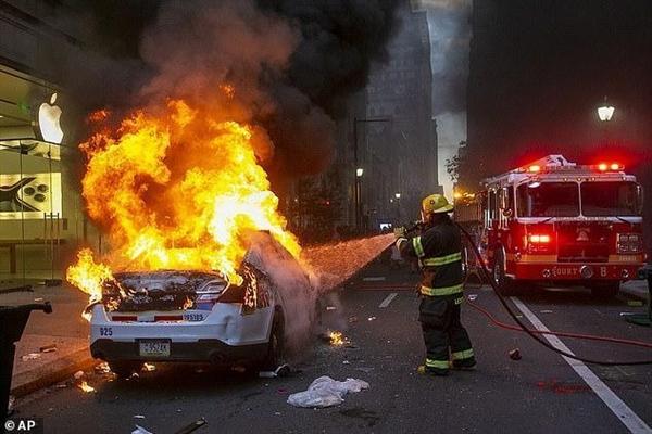 """焚烧警车的美国女子被FBI找到:网购""""五星益评""""暴漏身份"""