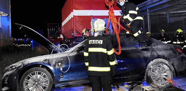 捷克一宝马3系充电时自燃!消防人员神操作 火烧秒变水泡车