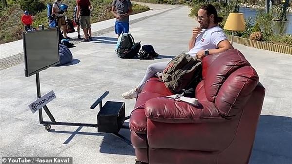 土耳其一外子坐沙发上玩滑翔伞 边飞边望电视