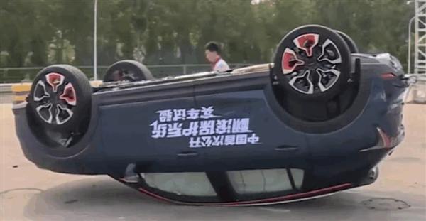 领克直播翻车测试:车辆腾空起飞 落地前气囊全爆开