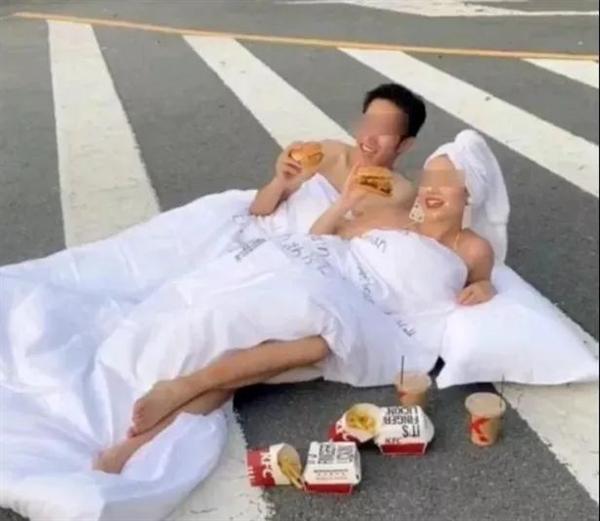 """情侣半裸裹床单 竟在斑马线上拍""""婚纱照""""!末了终局安详..."""