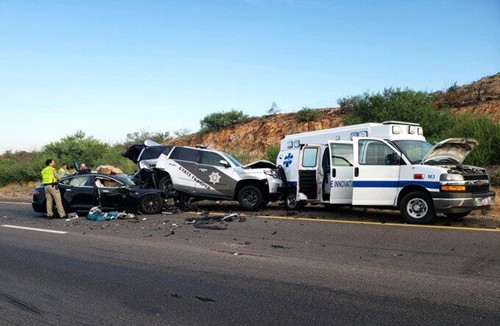 """特斯拉自动辅助驾驶又出事!美国公路上追尾两车 """"钻到""""警车下面"""