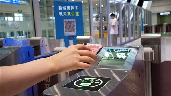 坐火车像坐地铁相通方便了!长三角首个刷码乘车铁路开通:无需挑前买票