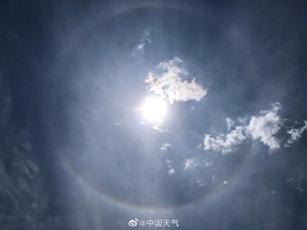 北京同时出现日晕和七彩云 罕见至极实在太美了