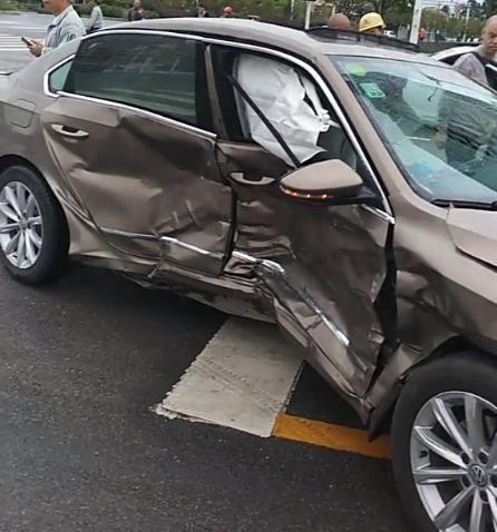 中保研侧碰加强版!沃尔沃车祸撞上帕萨特B柱 侧面底盘直接被撞弯