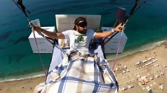 胆子太肥了!29岁男子躺床上飞滑翔伞 还戴眼罩睡觉