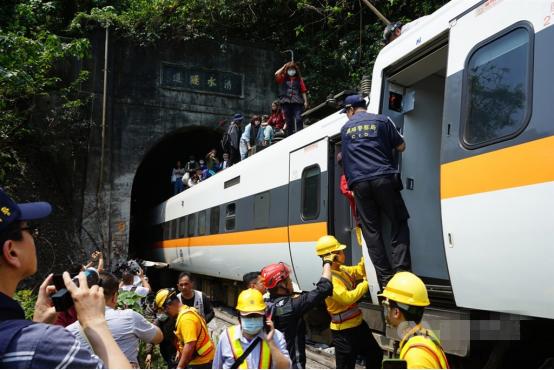 台铁列车脱轨事故致50人死亡:40多年来最惨重