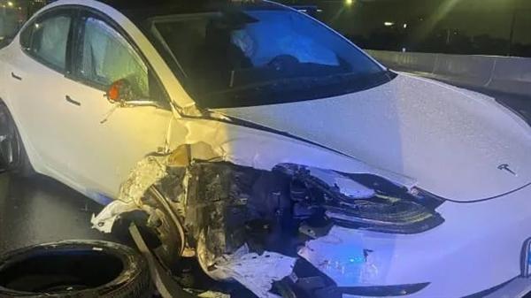 美国一特斯拉Model 3撞上警车 司机称当时正用自动辅助驾驶