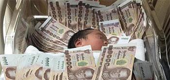 婴儿盖40万钞票睡 系土豪阿姨送的出生礼物
