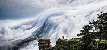 壮观!庐山现瀑布云 流转山涧气势磅礴
