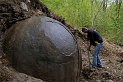 森林中现35吨巨大圆石 身世至今成谜