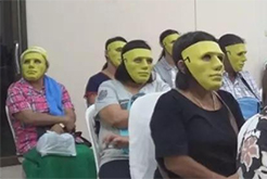 为防尴尬 医生患者戴面具进行检查