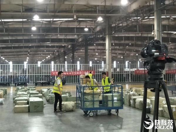 富士康打包裝貨iPhone 8被拍:一車車從鄭州運往美國