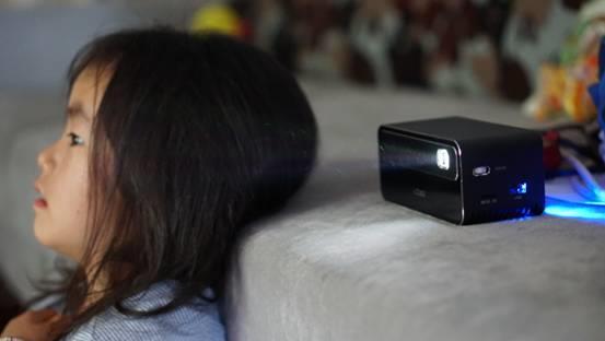 快乐不设限!京东京造便携式投影仪详解:装进口袋里的200寸巨幕