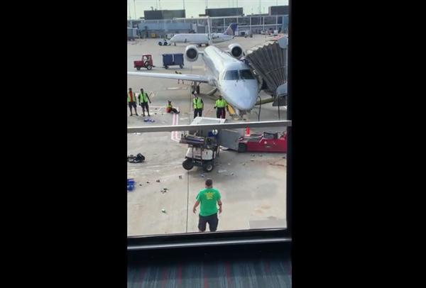 机场一辆餐车失控疯狂旋转 男子将其掀翻