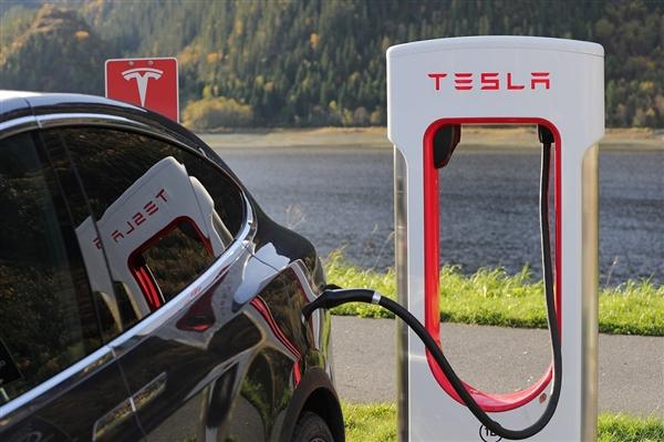 特斯拉推出移动加电车 最多可同时为八辆特斯拉充电