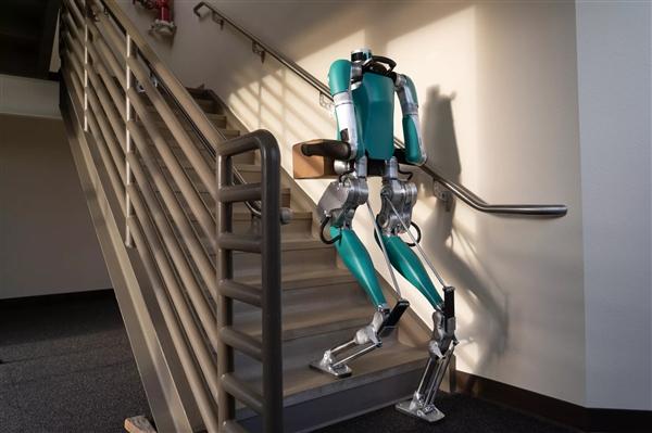 """完美""""快递小哥""""诞生:全球首个正式开售的双足机器人降临"""