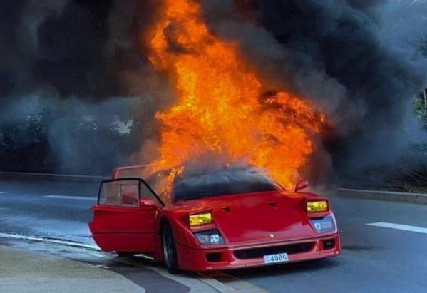 法拉利F40日本公路着火烧成废铁:稀世珍宝又少了一辆