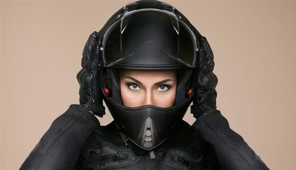 平均每小時1名電動車騎行者死亡 戴頭盔一年可救3000人