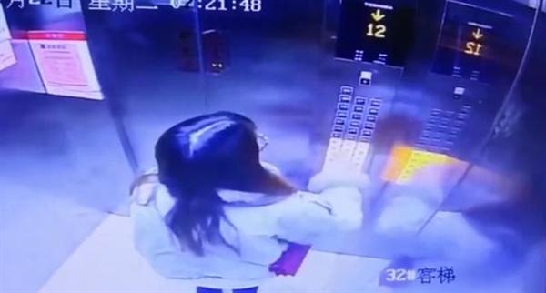 电梯骤降23层女子教科书式逃生 监控拍下惊险瞬间