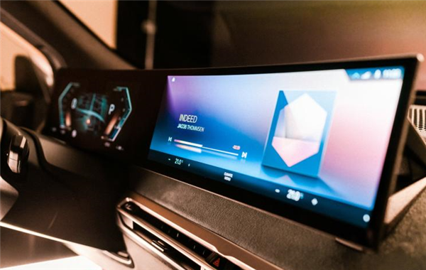 iDrive 8车机系统性能大增!全新宝马7系用上了大连屏