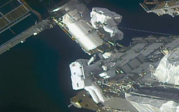 为国际空间站大升级做准备:宇航员纷纷走出舱门拧螺丝