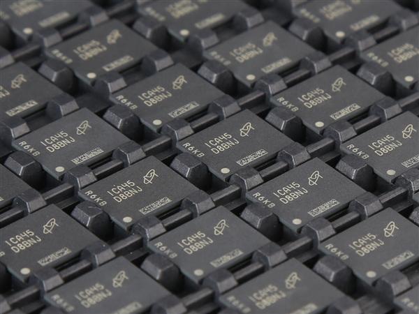 影驰高调大秀DDR5内存:密密麻麻 来自美光