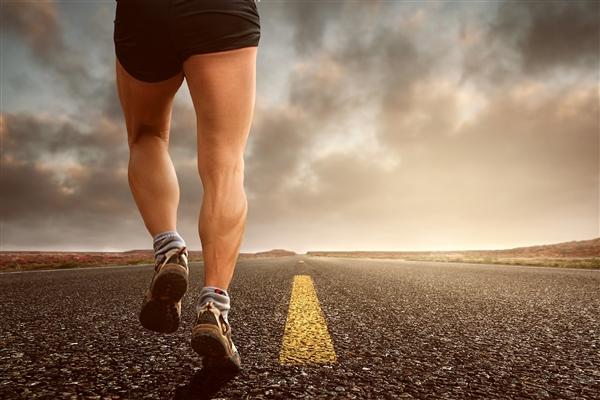 81岁老人坚持20年跑400米 没得过大病:网友感叹太励志