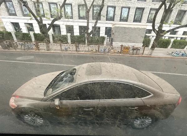 """北京""""泥雨""""过后 朋友圈不淡定了:秒变泥娃娃、脏脏车满街跑"""