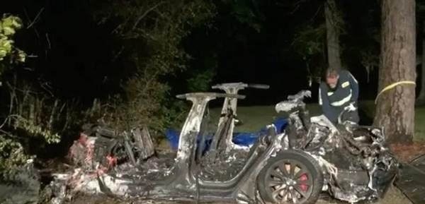 特斯拉高速撞树两人死亡!警方:行驶时无人驾驶
