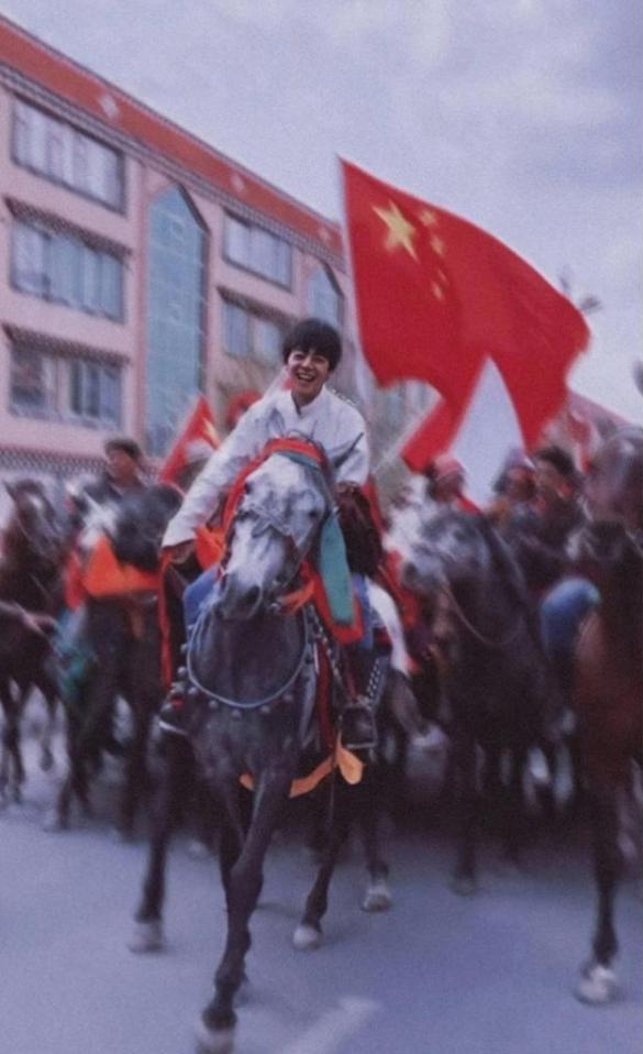"""网红丁真获理塘""""永久赛马王子""""奖:忍不住笑出声"""