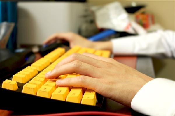 """截瘫患者""""意念打字""""登火了:速度接近常人敲键盘 准确率99.2%"""