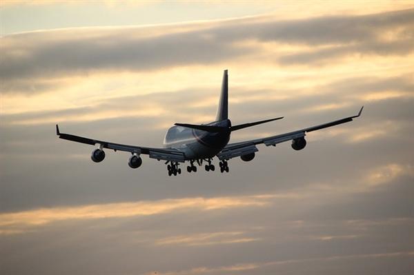 昆明一航班延误现场发钱 旅客:第一次有这样的待遇很惊喜