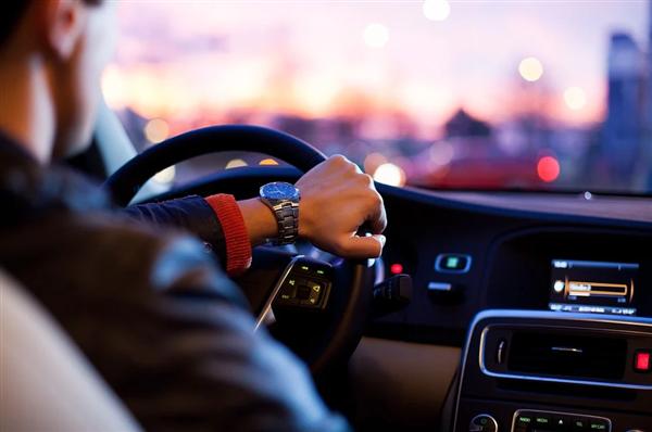 抽成比例高、随意涨价 8部门约谈10家网约车平台