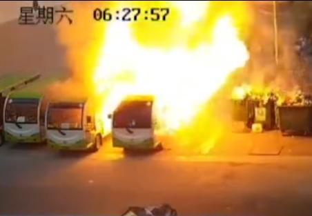 广西一高校电动汽车突然起火 4辆车5分钟就被烧毁