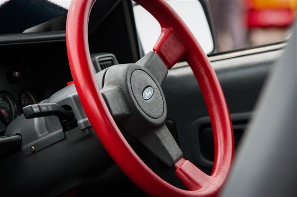 女子买新车给按键贴满标签:功能太多 记熟就摘不影响驾驶
