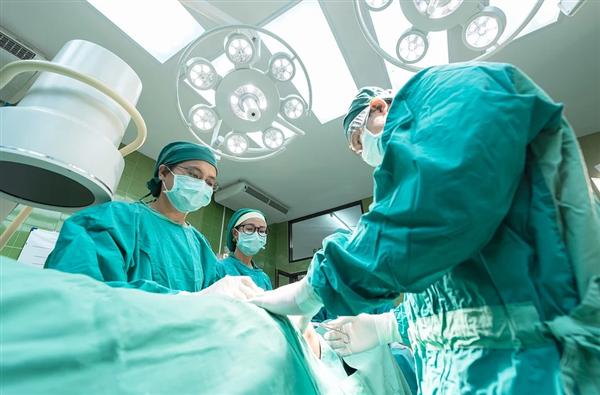女子接受扁桃体手术后发现不会讲母语了:说话变成国外口音