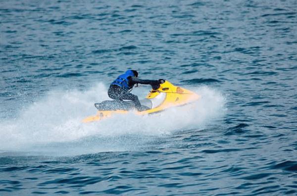 太湖摩托艇狂飙水花滋路人 官方通报:驾驶员已被行拘