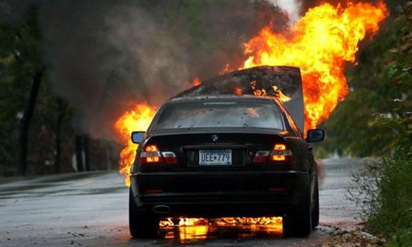 汽车起火 男子下楼看热闹!结果竟是自己车