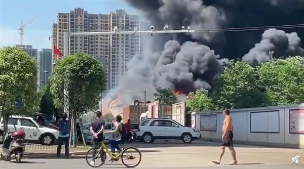 长沙一仓库起火 现场浓烟滚滚:火势已控制 无人员伤亡