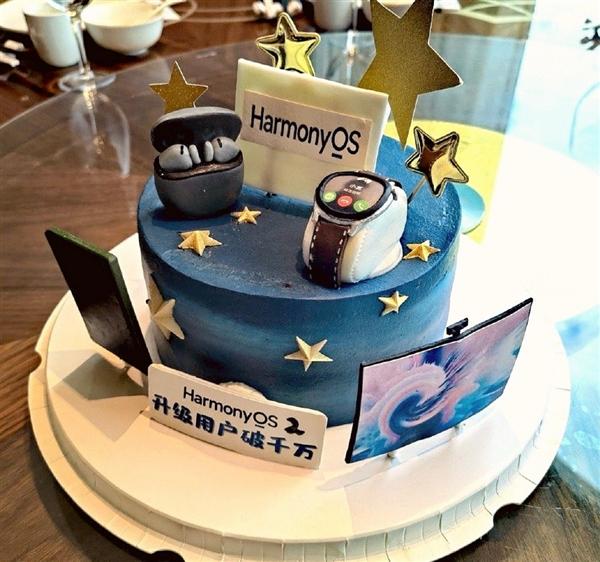 华为HarmonyOS 2升级用户破千万:余承东和员工吃蛋糕庆祝